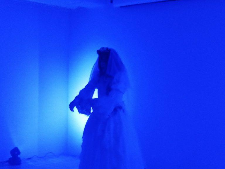 青ライトに浮かぶ花嫁